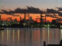 夕暮れの工場地帯