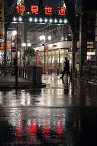 雨の川崎駅前