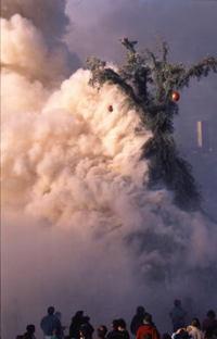 噴煙にけむる巨人