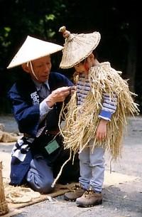 蓑笠と子供