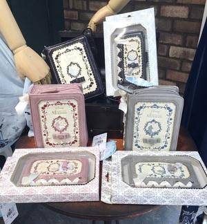 ●Book型スマホケース/¥2,900+税 ●Book型レースアップポーチ/¥3,300+税