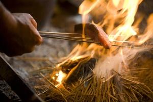 季節の鮮魚を豪快に藁で炙ります