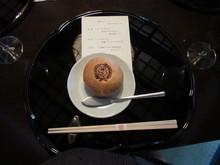 サプライズは和洋の校章入りパンとデザートのティラミス
