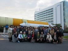 旅の終盤は筑波宇宙センターの見学!! 参加者全員で記念撮影