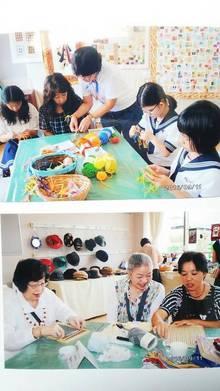 体験コーナー ミサンガ編み(上)とミニ機織り(下)