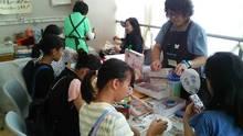 体験コーナーMYうちわ作り・折り紙を楽しむ子供達