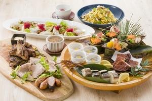 骨付き鶏の香味干し炭火焼きと秋の草薙皿鉢コース