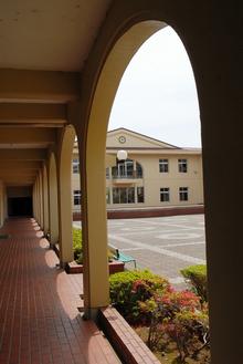 中学校舎の中庭  共栄写真提供