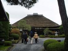 ランチは藤右ェ門栄 どっしりとした茅葺き屋根が象徴的な建物は築190年の国の登録文化財です。