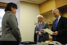 長坂理事長より賞状と賞金を授与される井上さん(24回生)